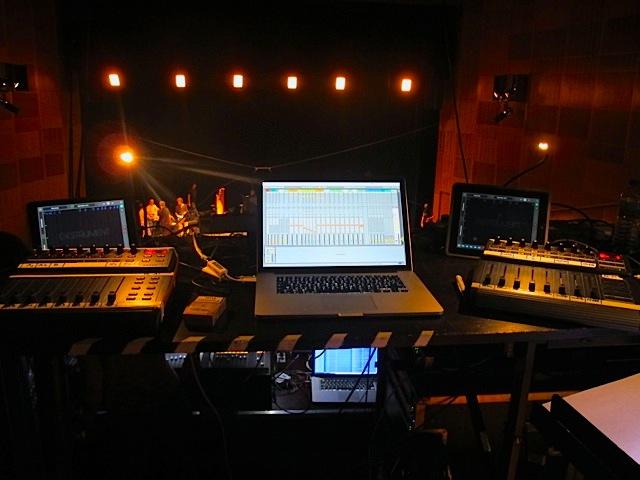 La régie : l'application Gestrument est installée sur les tablettes tactiles et Ableton Live héberge l'instrument virtuel UVI Ircam Solo Instruments.